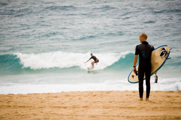 surfer-on-beach-capbreton
